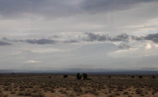 kilimanjaro desde amboseli cubierto de nubes