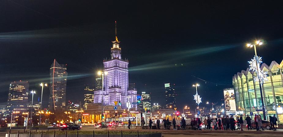 palacio-de-congresos-de-varsovia-de-noche-1